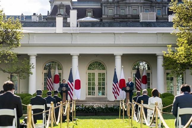 Japans premiärminister Yoshihide Suga och USA:s president Joe Biden håller presskonferens.