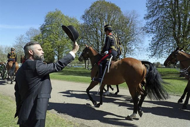 Livtroppen vid Kungliga ridande artilleriet beger sig mot Windsor Castle.