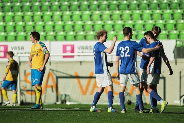 Vasa IFK firar mål i träningsmatchen mot Kraft. Gästande Kraft nollades i Sandviken på lördagen.