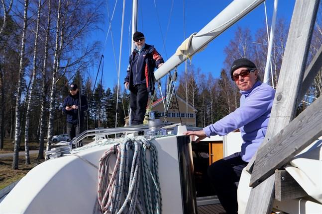 Familjen Vuorinen gör sin segelbåt redo för en sommar i hemtrakterna. – Vanligtvis seglar jag och frun till höga kusten, säger Arto.