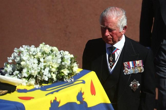 Kronprins Charles vid sin fars kista.