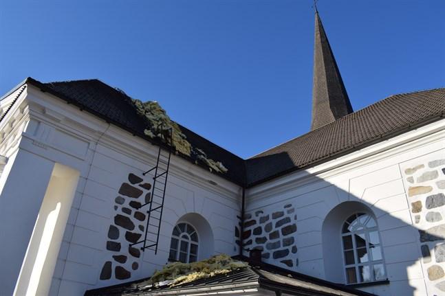 Natten till lördag drabbades Pedersöre kyrka av en vattenläcka. Isolering måste dras ut för att minska belastningen på valvet.