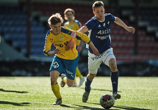 Kraft fick en blytung start på division 2-säsongen då man nollades i Uleåborg. Bilden från träningsmatchen mot Vasa IFK 17 april.
