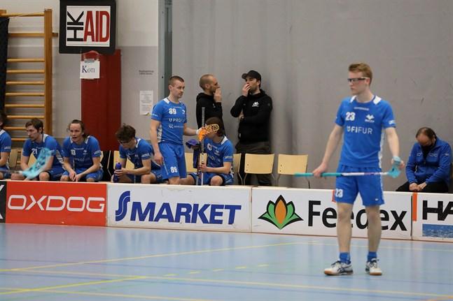 Av Blue Fox-tränarna kommer Jori Isomäki att fokusera mera på SPV, men hoppas att Robin Holländer fortsätter i Nykarlebylaget.