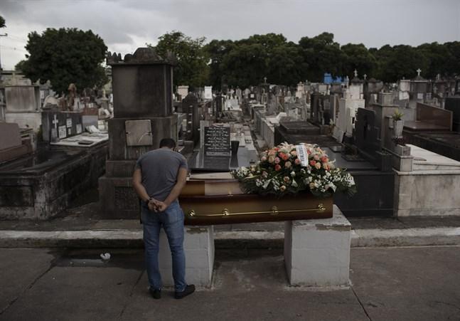 En man som sörjer en släkting som gått bort efter att ha insjuknat i covid-19 i Rio de Janeiro i Brasilien. Bild från 13 april.