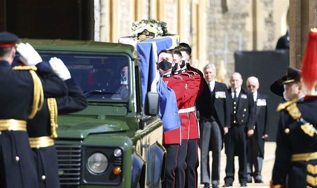 Prins Philips kista fördes till St George's Chapel på en militärgrön Landrover.