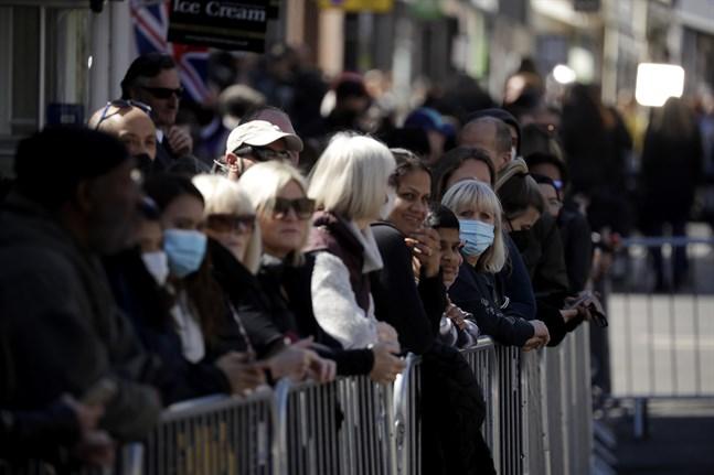 Människor väntar utanför Windsor Castle i London sedan tidigt i morse på begravningsprocessionen, trots uppmaningar till allmänheten att inte samlas för att ta farväl på grund av pandemin.