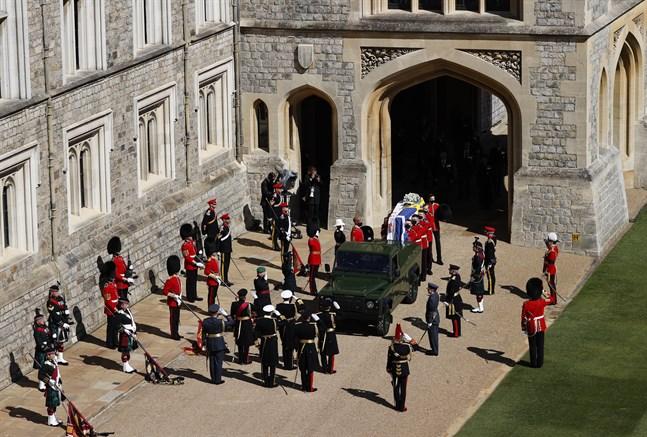 Prins Philips kista förs ut ut Windsor Castle och körs till begravningsceremonin.