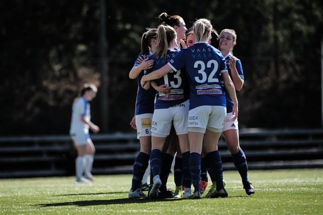 Vasa IFK firar sitt enda mål i matchen som spelades i ordentlig värme på konstgräset vid Botniahallen.