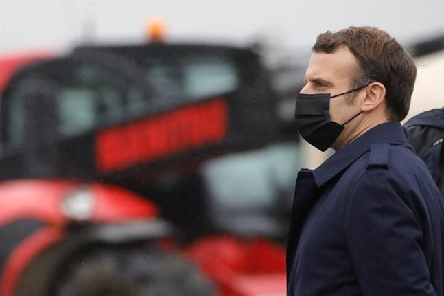 Frankrikes president Emmanuel Macron vid ett besök på en bondgård i Tilly, Normandie, tidigare i år.