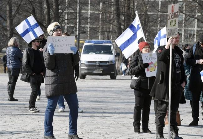 En motsvarande demonstration mot coronarestriktioner ordnades i Åbo den 27 mars.
