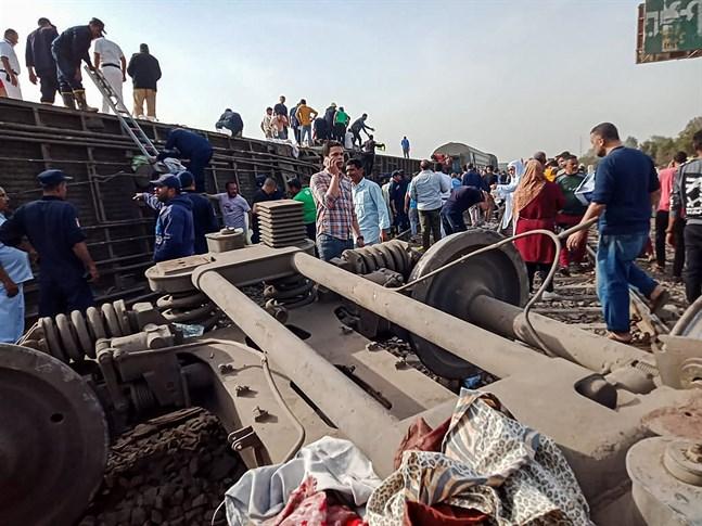 Människor försöker hjälpa till vid olycksplatsen i staden Toukh i Egypten.