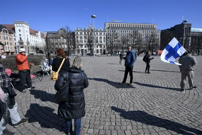 En småskalig demonstration tog form på Järnvägstorget i Helsingfors. Den skingrades av polisen.