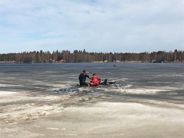 En person räddades ur vattnet i närheten av Vattungen i Öja på söndagen.