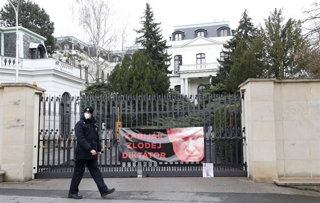 En polisman passerar framför en protestbild uppsatt utanför Rysslands ambassad i Prag i fredags. Dagen efter att bilden togs utvisades 18 ryska diplomater från Tjeckien, misstänkta för att vara spioner.