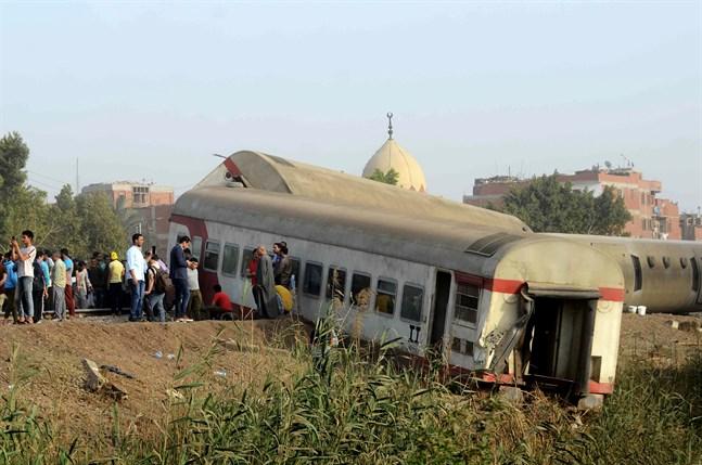 Många dödades och skadades vid en tågolycka norr om Kairo på söndagen.