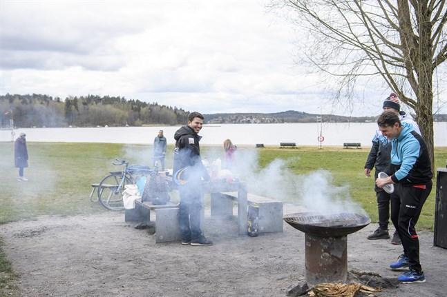 Människor grillar ute i det fria vid Sätrastrandsbadet i sydvästra Stockholm.