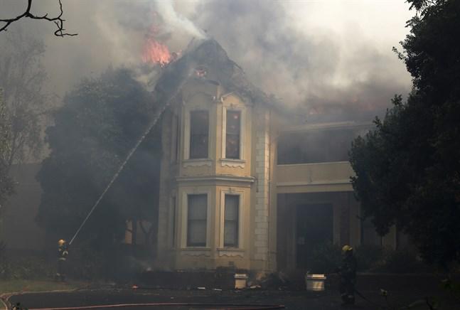Räddningstjänsten i Kapstaden i Sydafrika kämpar mot lågorna vid en av stadens universitetsbyggnader. Studenterna har evakuerats men historiska värden riskerar att gå förlorade.