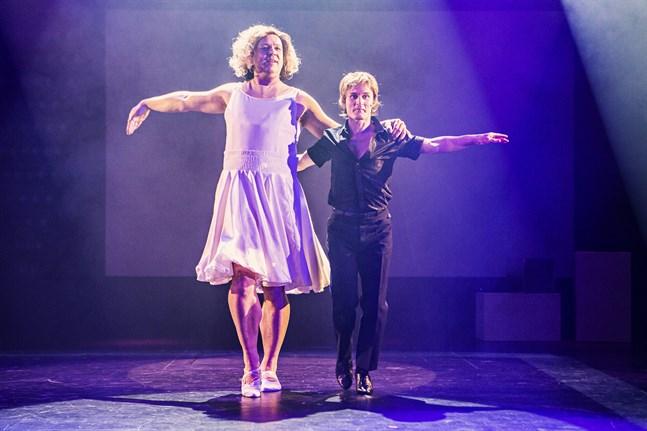 """Jonas """"Baby"""" Berqvist och Jakob """"Patrick """" Johansson tolkar den klassiska dansscenen från Dirty Dancing."""