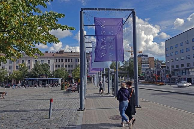 Den brittiska storinvesteringen i en katodmaterialfabrik i Vasa, som offentliggjordes på måndagen, väntas ha positiva effekter men också ställa nya krav på landskapet och Finland som helhet.
