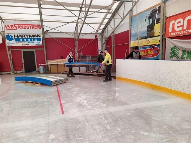 Talkojobbarna i Terjärv  plockade i lördags ner största delen av rinken i ishallen. Den ska förnyas.