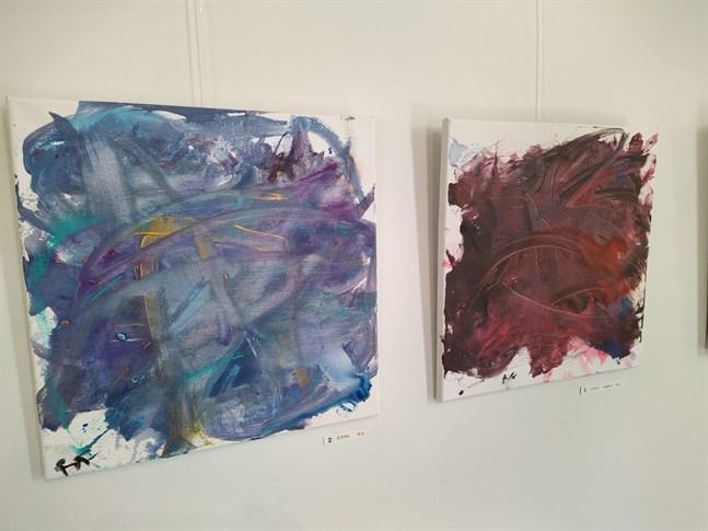 Här är två av de akryltavlor som Milton Fröberg ställer ut,  döpta till Ocean och Lingon i närbild.
