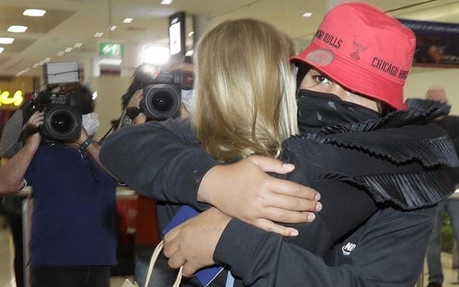 En nyzeeländsk familj återförenas i Sydney på måndagen.
