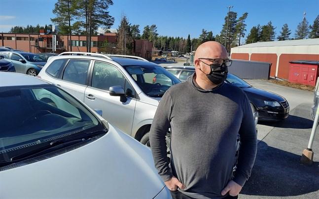 Mats Wickman vet inte när den främre registreringsskylten skruvades loss från hans bil, det kan ha hänt hemma på gården i Socklot, eller någon annanstans.