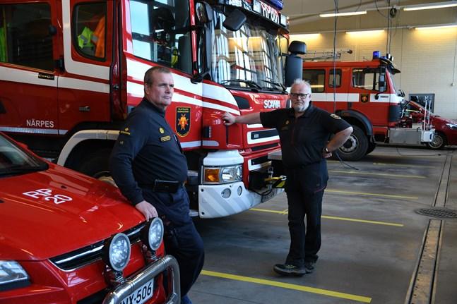 Kretsbrandschef Kaj Enqvist och stationsmästare Karl-Gustav Svedjebäck uppmanar folk att vara försiktiga när de eldar fjolårsgräs.