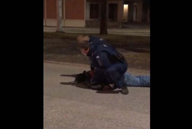 Den här skärmdumpen från en av videosnuttarna visar gripandet i Vasa centrum.