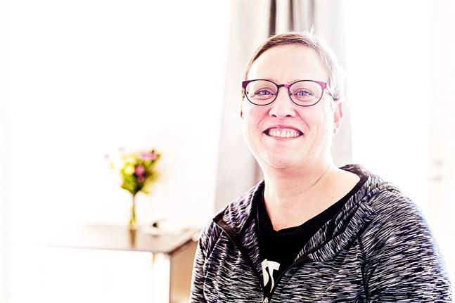 Då Jenny Fors, 47 år, blev änka förlorade hon inte bara sin man, utan även sitt jobb som sjukskötare i Chicago. Hon tvingades sälja allt, inklusive bostaden, för att betala sjukhusräkningen. Nu har hon startat om sitt liv hemma i Nykarleby.