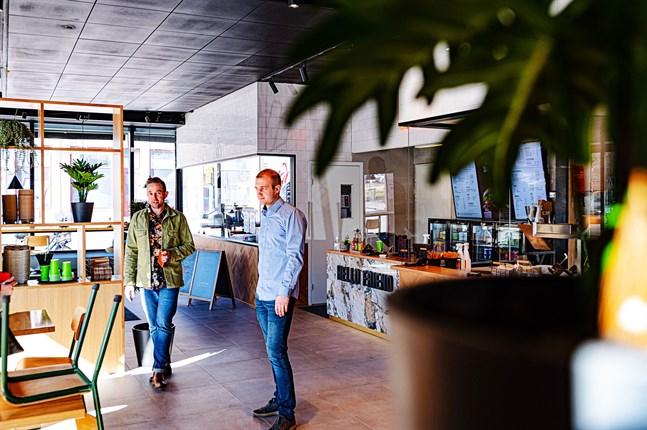 Varmare färger och mer trä är Friends & Brgrs nya look. Saul Mäenpää och Andreas Byggmästar är glada över att kunna öppna för kunderna.