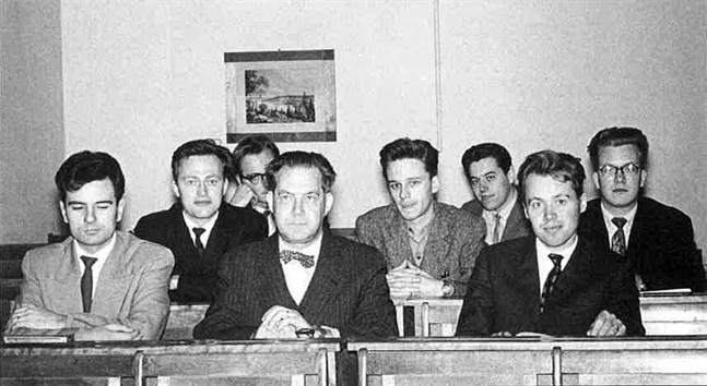 Studerande i årskurs 1959–60 vid Matematiska institutet samlade kring uppskattade professorn och läraren Gunnar af Hällström. Fr.v. Hans Nikolaus, Bo Eriksson, Kim Lindblom, Robert Lindblad, Kurt Pörn, Boris Sjöberg och Clas Grägg.