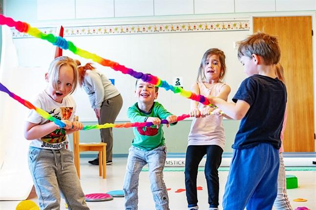 Elmo, Joshua, Hilla och Oskari drar för allt vad de är värda. Roligt är det med sådan här fysisk aktivitet, tycker de.