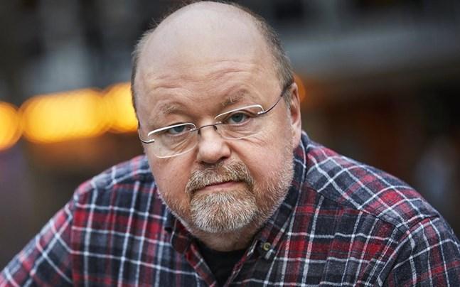 """Musikern och underhållaren Kalle Moraeus har skrivit boken """"Tjur på retur"""", som handlar om att träda in i livets gubbstadium."""