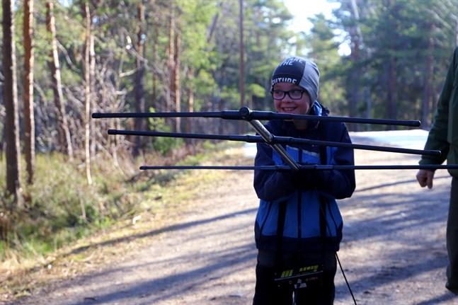 """Eddie lokaliserar fladdermöss försedda med sändare under """"Fladdermusdagar"""" i Sundom skog."""