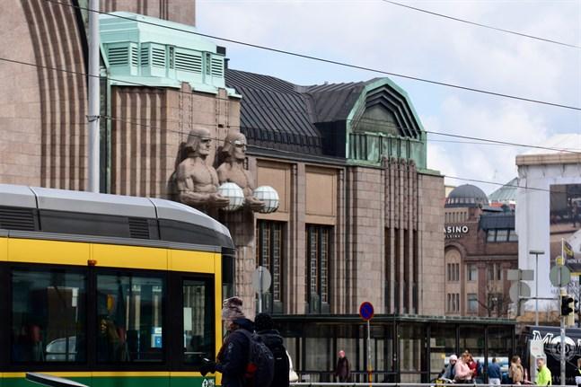 Måndagens knivhuggning skedde i samband med ett gräl mellan två sällskap vid Helsingfors centralstation.