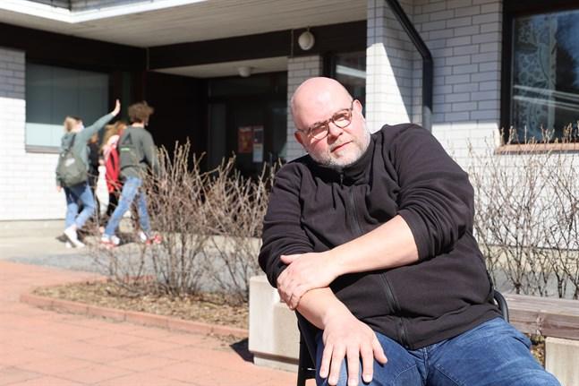 Joakim Bonns i Korsholms gymnasium är orolig för utvecklingen när gymnasiet ska bli avgiftsfritt för studerandena. Kommer man till exempel att kunna erbjuda kurser som innehåller utlandsresor?