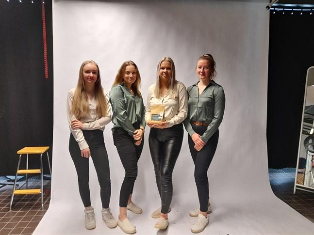 Fyra glada, ivriga och nervösa unga företagare är redo för dagen. Alisa Lehti, Olivia Nabb, Selina Rabb och Tiia Risku är UF-företaget Queco.