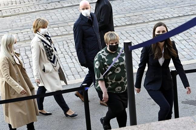 Inrikesminister Maria Ohisalo (Gröna), justitieminister Anna-Maja Henriksson (SFP), undervisningsminister Jussi Saramo (VF), vetenskaps- och kulturminister Annika Saarikko (C) och statsminister Sanna Marin (SDP) anlände tillsammans till Ständerhuset på onsdag förmiddag.
