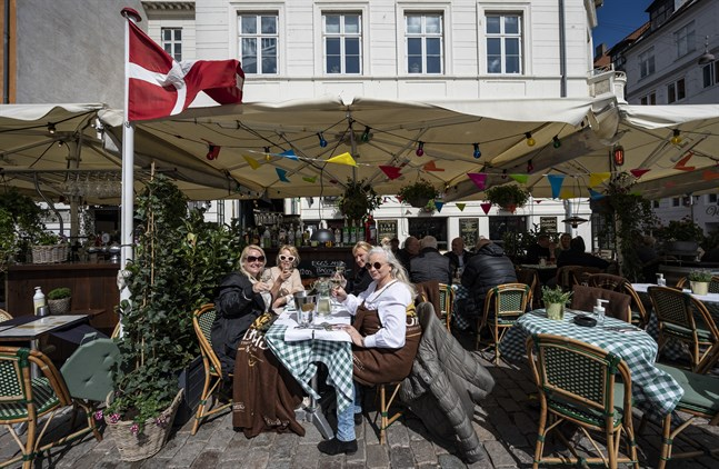Sjuksköterskorna Jeanett Trolle, Laila Svendsen, Annegrethe Petersen och Sigrid Nielsen i solen under Dannebrogen i Nyhavn i Köpenhamn.
