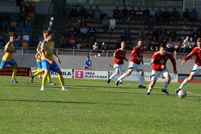 Mycket är ännu öppet kring när fotbollsserierna kan starta. Men alla seriepremiärer skjuts med säkerhet fram. Bilden från derbyt mellan Kaskö IK och Kraft förra sommaren.