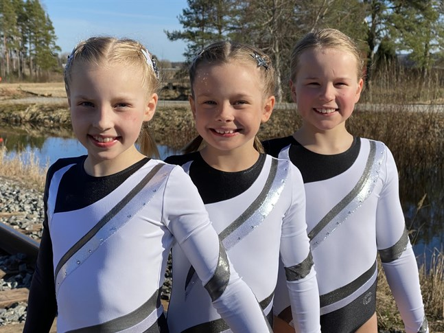 Tuva Wilson, till vänster, Isa-Li Lärka och Rosa Kärkkäinen satsar alla hårt på gymnastiken just nu. Om allt går väl kan de vara med i förberedande läger inför landslaget i höst.
