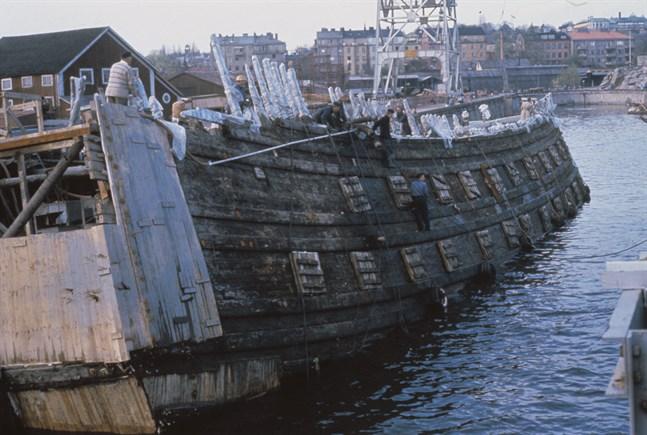 Skeppet Vasa på väg in i torrdockan på Beckholmen våren 1961 med dykledaren Per Edvin Fälting i aktern.