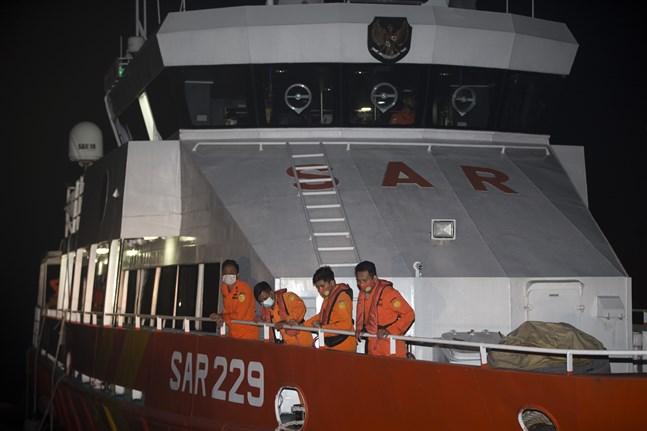 Indonesiens räddningsmyndigheter söker febrilt efter den försvunna ubåten.