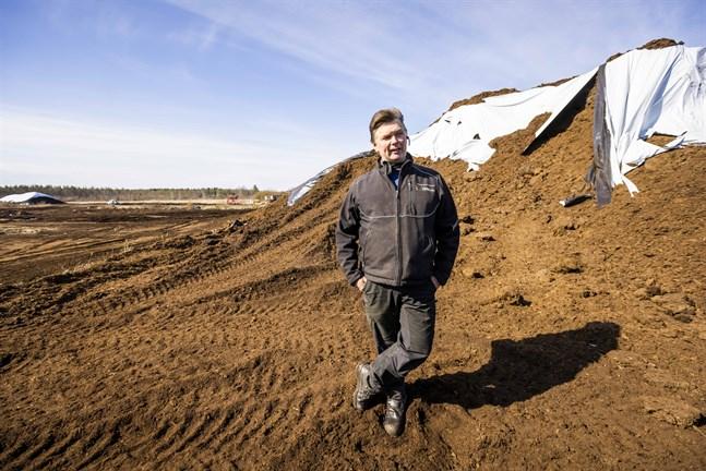 Jussi Harju, här på torvfältet i Östermark, säger att regeringens lösning inte hjälper honom alls.
