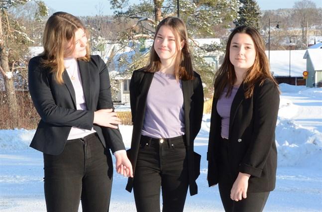 Adeline Snickars, Sofie Lassfolk och Ida Mannfolk har blivit flera erfarenheter rikare under året som företagare.  Minisoap UF deltog den här vecka i den virtuella  finalen i två dagar.