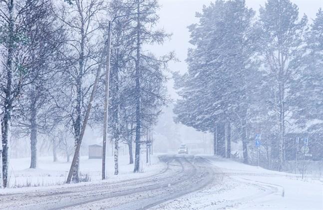 Meteorologiska institutet varnar för dåligt väglag när snö eller snöblandat regn – och starka vindar – drar över land.