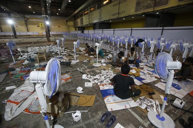 Ett fältsjukhus för att vårda covid-19-patienter sätts upp i Bombay i Indien.