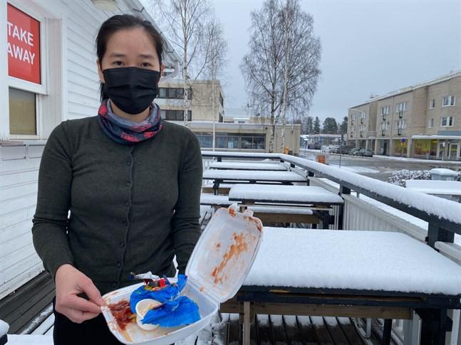 Vuong Thuy Oanh har tröttnat på nedskräpningen  vid sin grill och kommer i nästa vecka att rigga en egen kamera vid grillen. Mest rädd är hon för att fimpar som kastas på trädäcket och det nya eldandet på torget ska sätta hela hennes grill i brand.